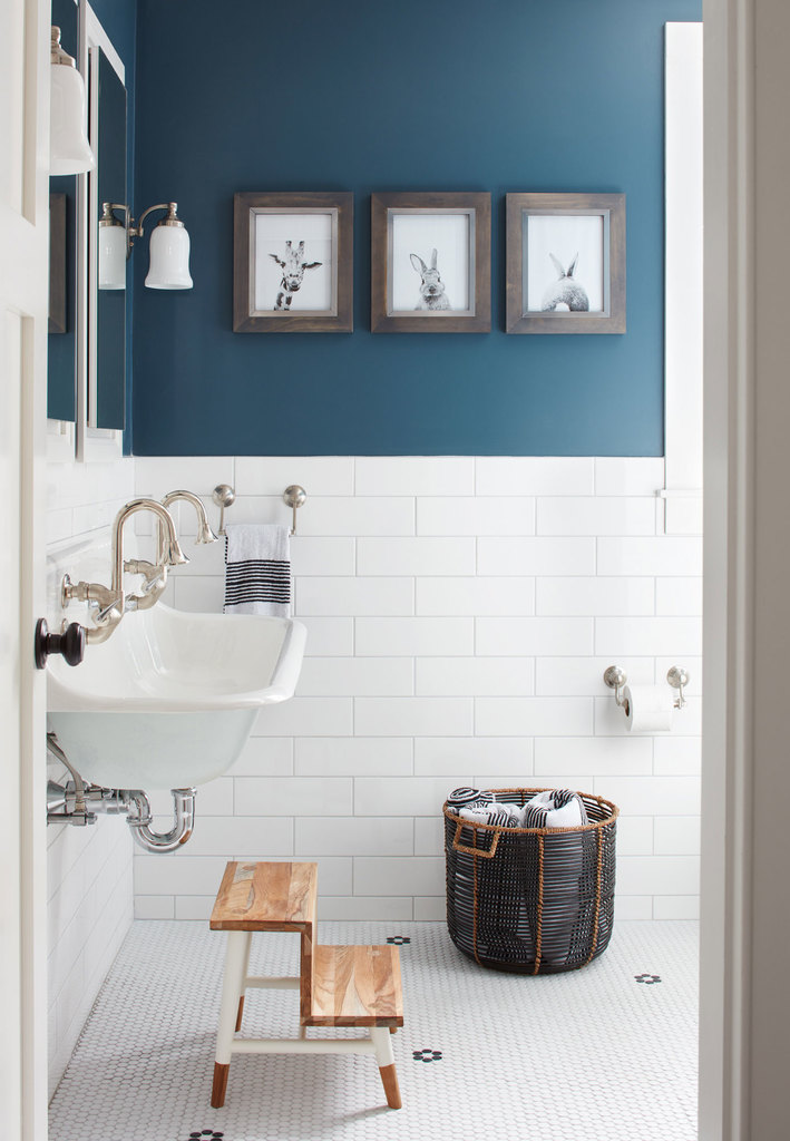 Вторая ванная расположена рядом с детской. О том что она рассчитана на детей говорит подставка перед умывальником и забавные картинки на стене.