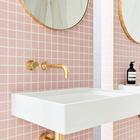 Минималистские краны и умывальники благодаря блеску латуни выглядят роскошно и гламнурно. (ванна,санузел,душ,туалет,дизайн ванной,интерьер ванной,сантехника,кафель,современный,интерьер,дизайн интерьера)