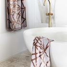 Отдельно стоящая белая ванна с латунным краном. (ванна,санузел,душ,туалет,дизайн ванной,интерьер ванной,сантехника,кафель,современный,интерьер,дизайн интерьера)