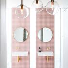 Узкие вертикальные окна ярко освещают ванную комнату в дневное время. (ванна,санузел,душ,туалет,дизайн ванной,интерьер ванной,сантехника,кафель,современный,интерьер,дизайн интерьера)