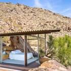 Светлая спальня с выходом на террасу. (спальня,фасад,на открытом воздухе,патио,минимализм,архитектура,дизайн,интерьер,экстерьер,мебель)