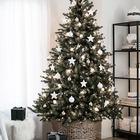 Белый и серебряный елочный декор отлично подойдет для минималистской елки, а корзинка вместо подставки соответствует современным эко-трендам. (новый год,рождество,елка,подарки,декор,елочные игрушки,хвоя,гирлянды,конфети,сделай сам,самоделки,интерьер,дизайн интерьера,минимализм,скандинавский, елка в корзине, елка в плетеной корзине)