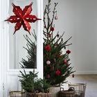 Однотонный декор будет прекрасно смотреться даже если это не белый или серебристый. Например темно-красные украшения выглядят на елке отлично. Главное оставить между ними достаточно места. (новый год,рождество,елка,подарки,декор,елочные игрушки,хвоя,гирлянды,конфети,сделай сам,самоделки,интерьер,дизайн интерьера,минимализм,скандинавский)