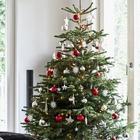 Традиционному рождественскому красному тоже найдется место на елке для интерьера в стиле минимализм. (новый год,рождество,елка,подарки,декор,елочные игрушки,хвоя,гирлянды,конфети,сделай сам,самоделки,интерьер,дизайн интерьера,минимализм,скандинавский)