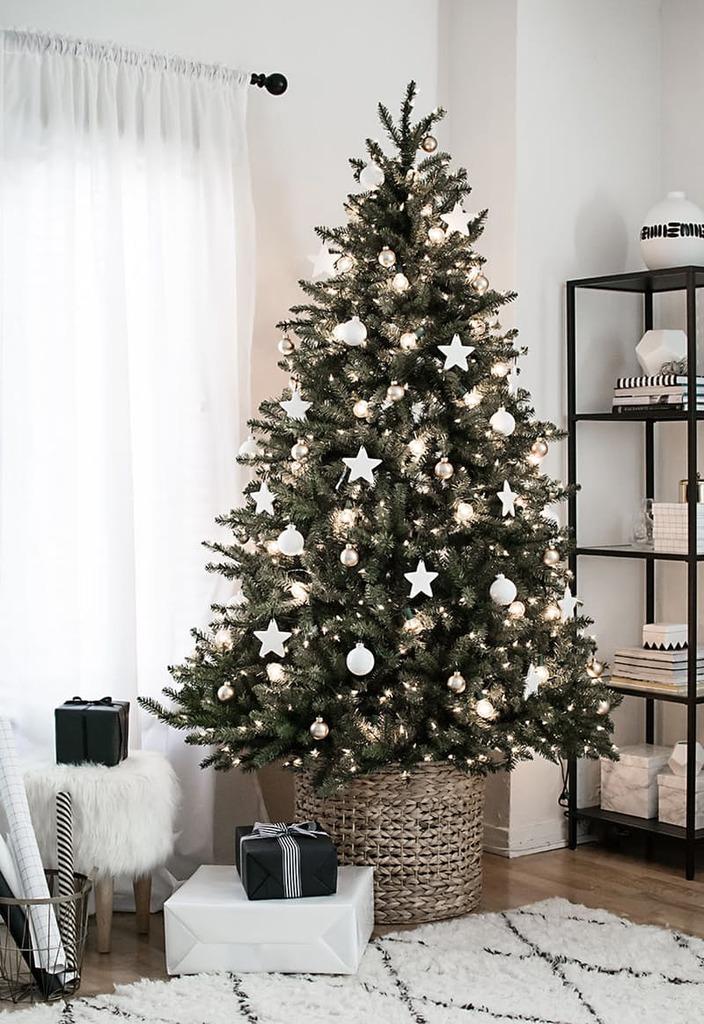 Белый и серебряный елочный декор отлично подойдет для минималистской елки, а корзинка вместо подставки соответствует современным эко-трендам