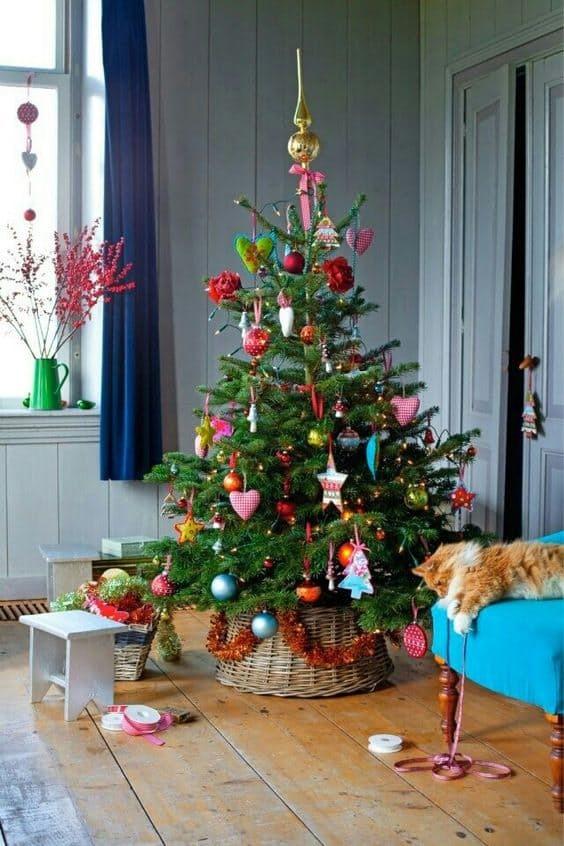 Это дерево с натяжкой можно отнести к минимализму, однако и такая елка может подойти к вашему интерьеру. Главное не потерять за украшениями елку