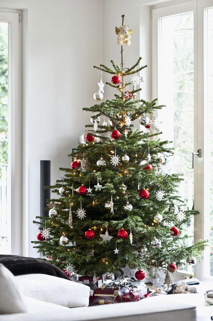 Традиционному рождественскому красному тоже найдется место на елке для интерьера в стиле минимализм