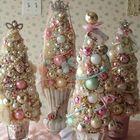 Композиция из нескольких елочек в вазочках. Елочки сделаны из елочных украшений - блестящих и пастельных шаров.