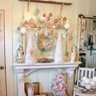 Рождественский декор в стиле шебби шик вокруг каминного портала.