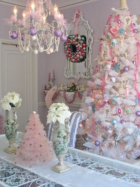 Белая елка с пастельными украшениями и розовой мишурой