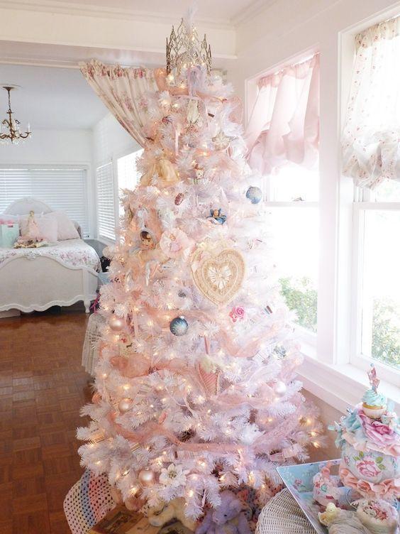 Белая новогодняя елка со светодиодной гирляндой и украшениями в пастельных тонах.
