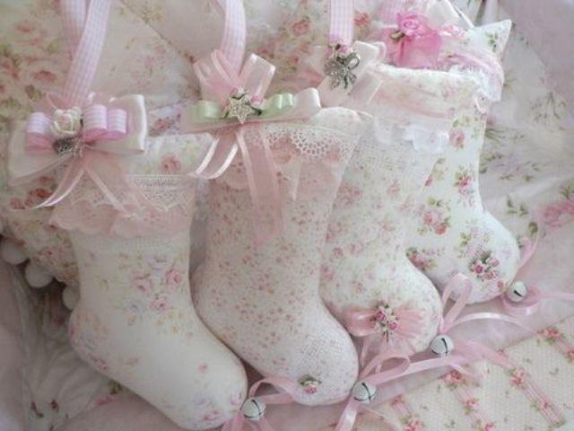 Чулочки из ткани в цветочек с бантиками и колокольчиками.