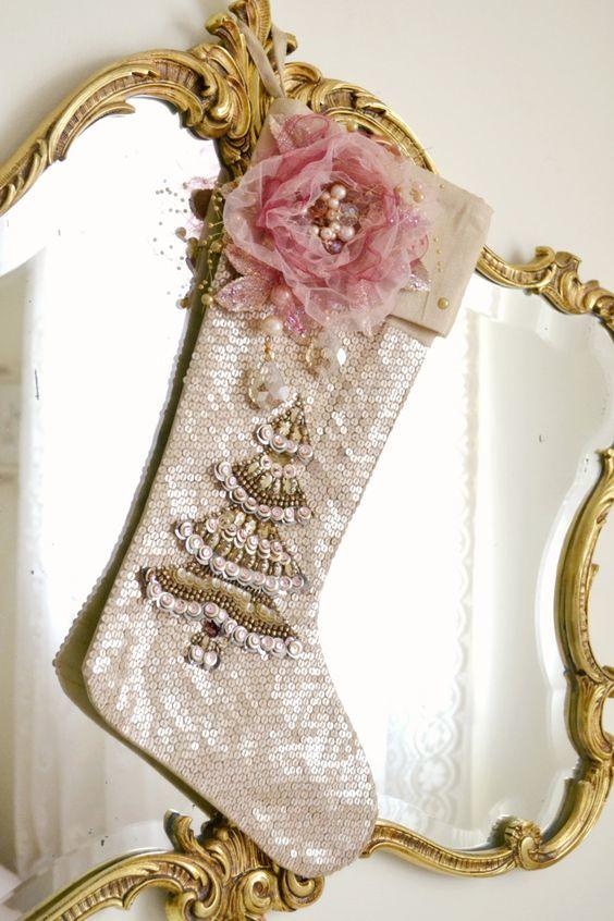 Чулок для подарков с елкой вышитой бисером и розовым цветком.