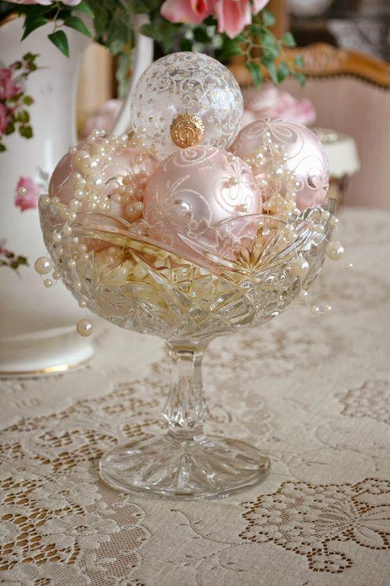 Елочные шары в пастельных тонах с узорами в хрустальной вазе с жемчугом.