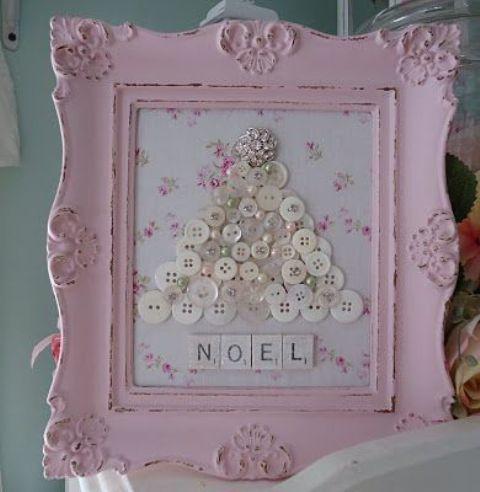 Еще одна елочка в розовой деревянной рамке выполнена из пуговиц и бусинок.