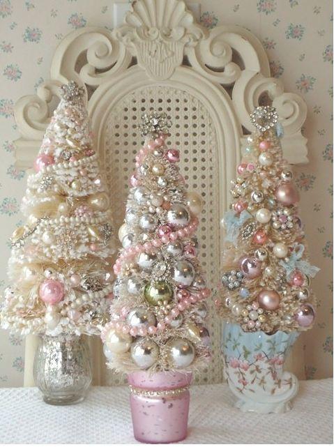 Еще три елочки из пастельных и серебристых елочных украшений в вазочках украшены жемчужными гирляндами и бисером.