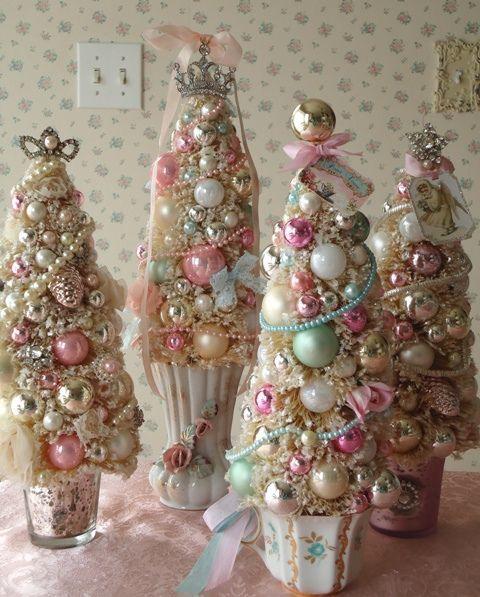 Композиция из нескольких елочек в вазочках. Елочки сделаны из елочных украшений - блестящих и пастельных шаров