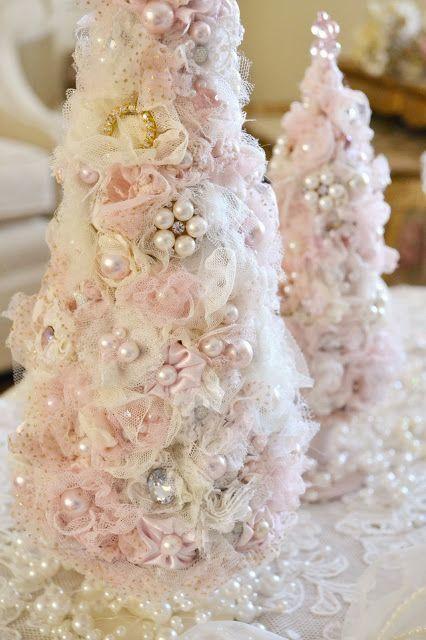 Настольные рождественские елочки из тюли украшенная жемчугом и бисером.