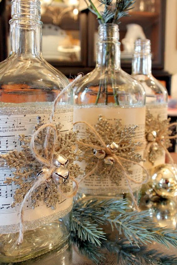 Новогодняя композиция из бутылок украшенных хвоей, листами с нотами снежинками и колокольчиками.