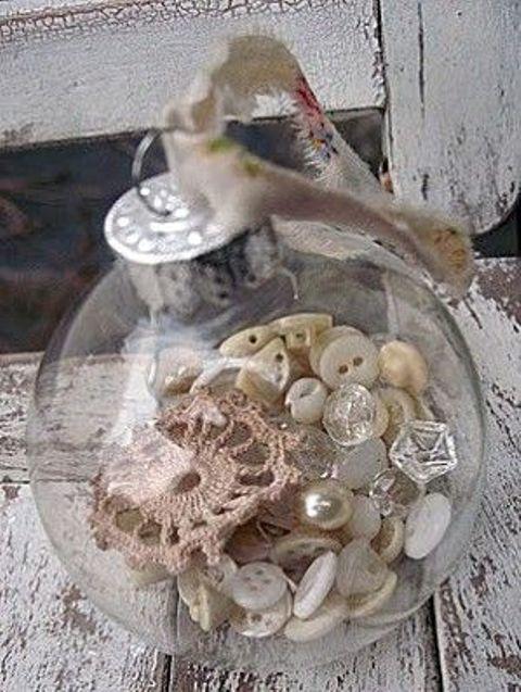 Прозрачный елочный шар заполненный пуговицами, жемчугом и кружевом.