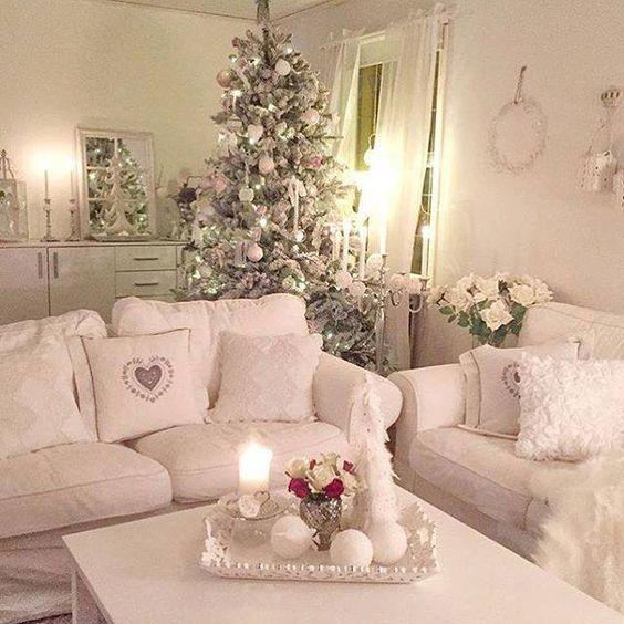 Розовая гостиная в стиле шебби шик с большой и богато украшенной новогодней елкой