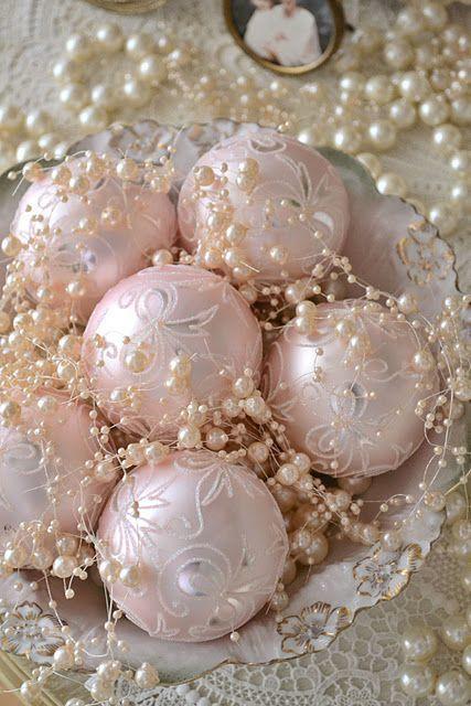 Розовые елочные шары в шикарной вазочке украшенные жемчугом.