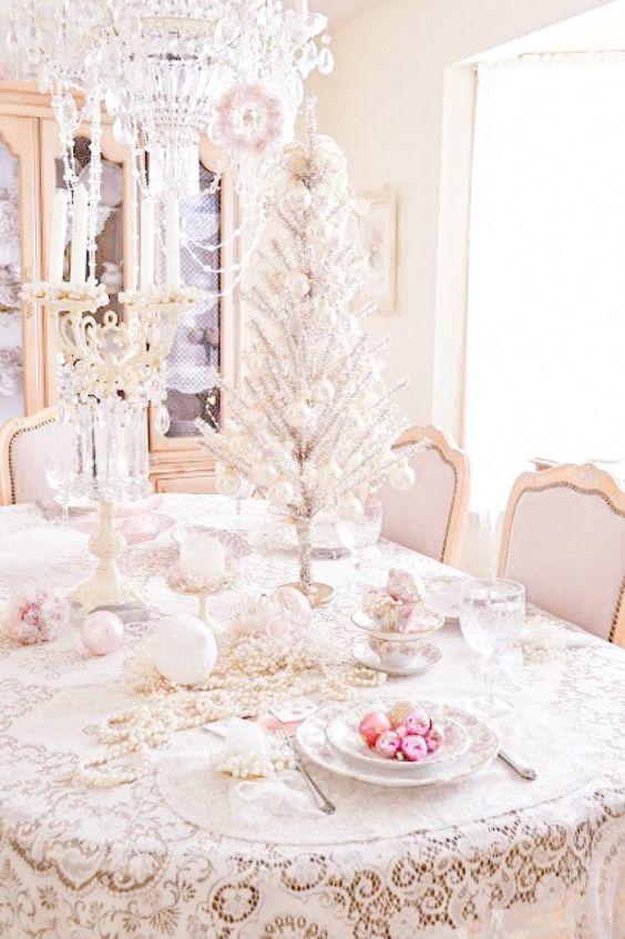 Шикарная столовая в стиле шабби шик с серебристой елочкой украшенной перламутровыми шариками и жемчужной гирляндой.
