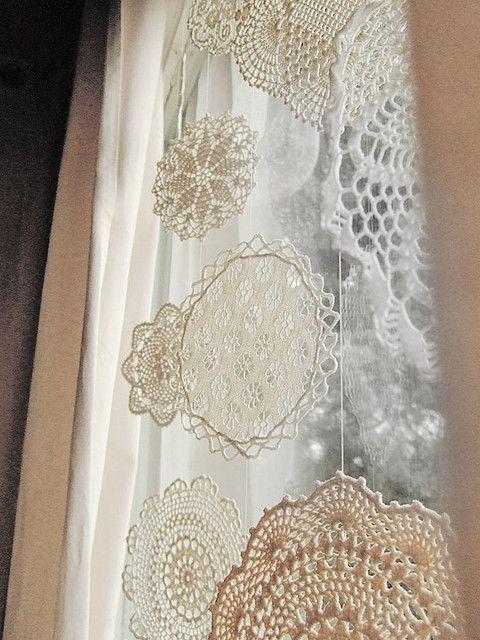Снежинки из вязаных крючком салфеток украшающие окно.
