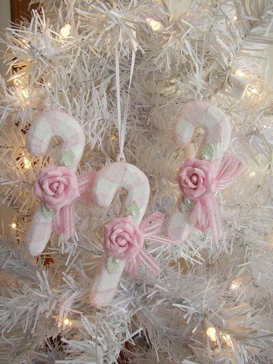 Снежные конфеты с розовыми розочками и ленточками.