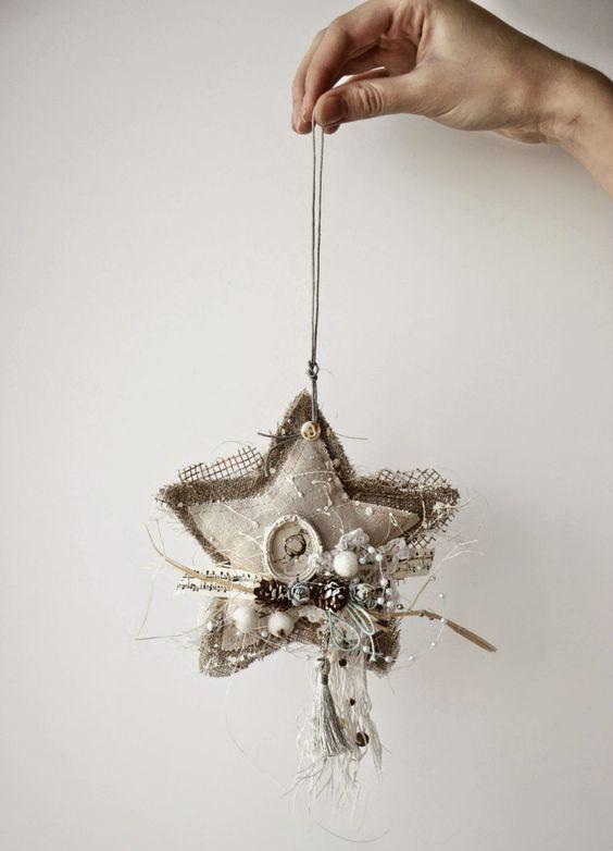 Уникальное елочное украшение в форме звезды с кружевом, шишками и бисером.