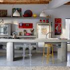 Бетонная кухня выглядит современно и традиционно одновременно. Кухонный остров, столешница и полки выполнены из бетона. Традиционности интерьеру придают и открытые деревянные балки. (средиземноморский,архитектура,дизайн,экстерьер,интерьер,дизайн интерьера,мебель,кухня,дизайн кухни,интерьер кухни,кухонная мебель,мебель для кухни)