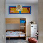 Детская комната с минимумом мебели. Центром комнаты является элегантная деревянная двухъярусная кровать. (средиземноморский,архитектура,дизайн,экстерьер,интерьер,дизайн интерьера,мебель,детская,игровая,детская комната,детская спальня,дизайн детской,интерьер детской)