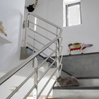 Лестница на второй этаж к спальням с поручнем из нержавейки.