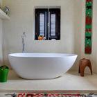 Просторная ванная комната с отдельно стоящей ванной. На окнах установлены распашные деревянные жалюзи.