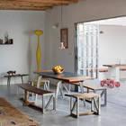 Раздвижные двери объединяют жилую комнату с террасой, которая служит жилой комнатой на свежем воздухе. (средиземноморский,архитектура,дизайн,экстерьер,интерьер,дизайн интерьера,мебель,столовая,дизайн столовой,интерьер столовой,мебель для столовой,жилая комната,на открытом воздухе,патио,балкон,терраса)