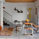 Столовая является частью жилой комнаты. Современная мебель в столовой отлично гармонирует с традиционным марокканским декором. (средиземноморский,архитектура,дизайн,экстерьер,интерьер,дизайн интерьера,мебель,столовая,дизайн столовой,интерьер столовой,мебель для столовой,жилая комната)