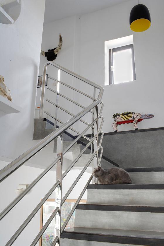 Лестница на второй этаж к спальням с поручнем из нержавейки