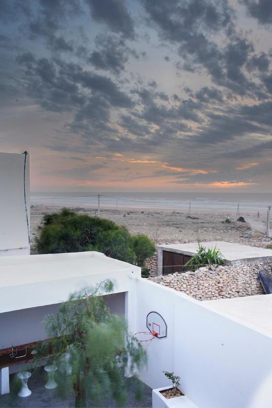 По лестнице можно подняться на крышу дома откуда открывается замечательный вид на море и побережье.