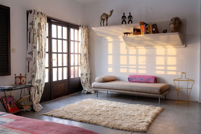 Спальня на втором этаже дома. Полы в спальне бетонные как и во всем доме.