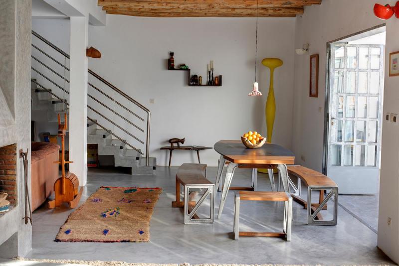 Столовая является частью жилой комнаты. Современная мебель в столовой отлично гармонирует с традиционным марокканским декором