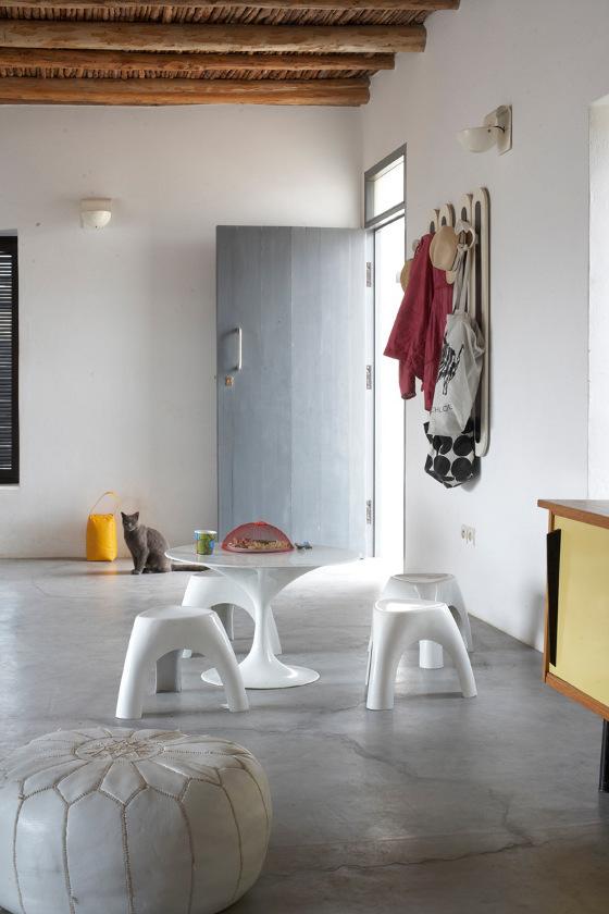 Вход в дом ведет прямо в большую жилую комнату на первом этаже