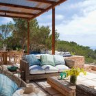 Идеальное пространство на террасе для спокойного и расслабленного летнего отдыха.