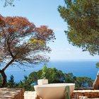 Каменная ванна на краю террасы с шикарным видом на Средиземное море. Ночью сидя в ванне можно наслаждаться звездами.