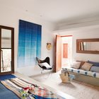 Спальня примечательна применением натуральных тканей соответствующих общему образу дома.