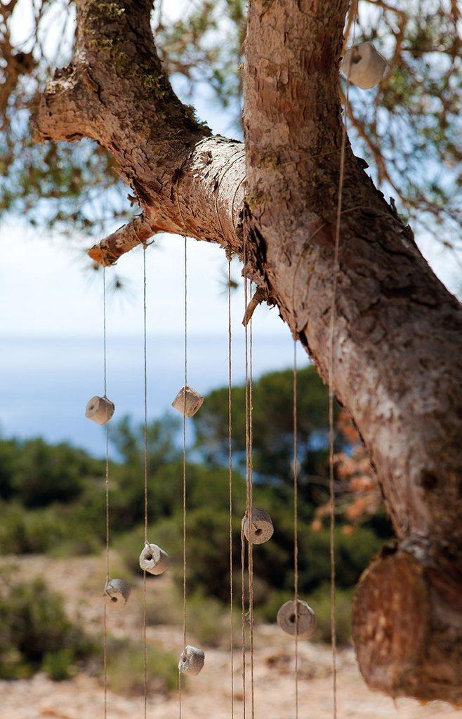 Абсолютно уместный элемент декора для приморского дома дающие музыку ветра.