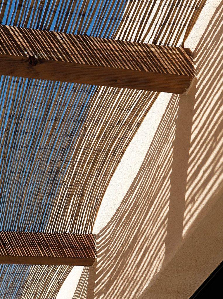 Навес из тростника над частью террасы дают тень и создают расслабленную располагающую к отдыху атмосферу.