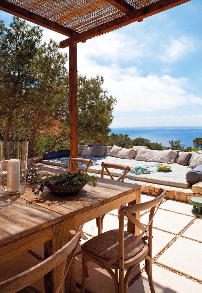 Простые деревянные стол и стулья создают обаяние сельского дома.