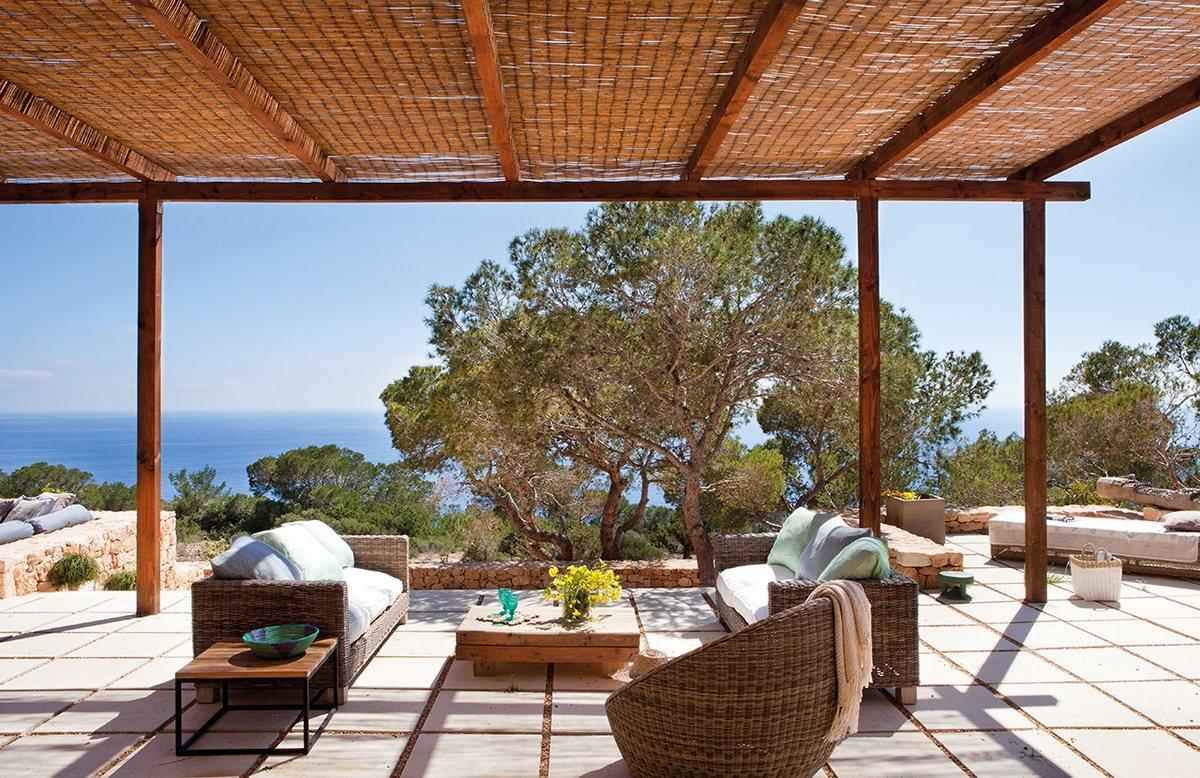 Терраса для расслабленного летнего отдыха. В оформлении террасы использованы натуральные материалы - камень, гравий, песок.