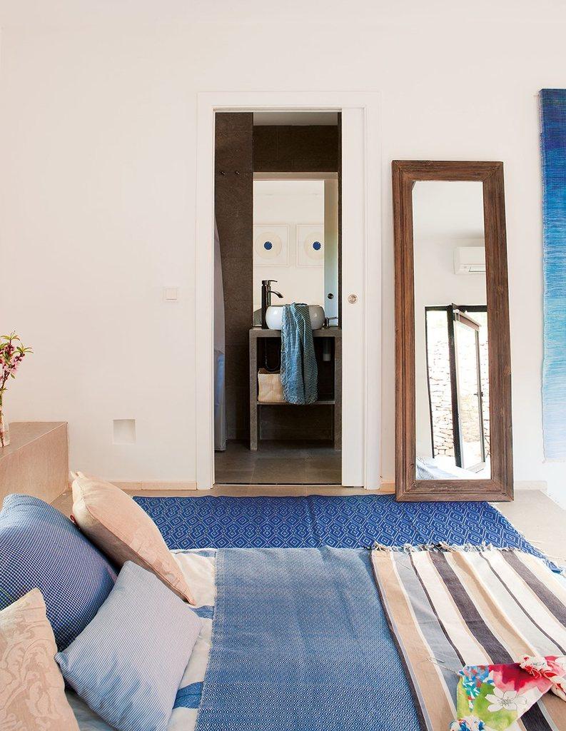 В каждой спальне присутствует своя небольшая ванная комната.