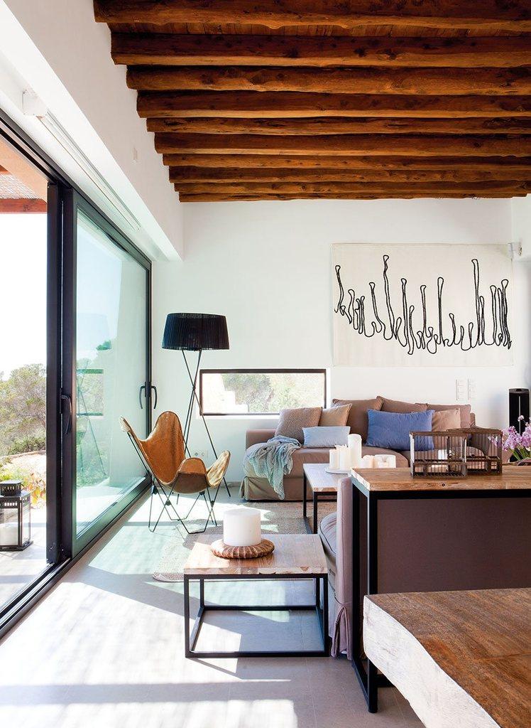 Винтерьере дизайнеры тажке использовали натуральные материалы - дерево, сталь. На потолке оставлены открытыми деревянные балки.